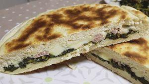 Como hacer Focaccia en una sartén con brócoli y salchicha